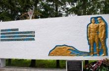 Мемориал памяти воинов-десантников 108-го парашютно-десантного полка, погибших при исполнении служебных обязанностей в авиационной катастрофе над полем в деревне Выползово Калужской области