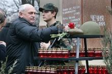 """В Калининграде тысячи людей всех войн и военных конфликтов пришли 15 февраля 2016 года в парк """"Юность"""" к памятнику """"Скорбящие родители"""" и почтили память погибших"""